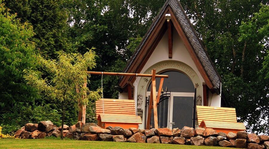 Kapelle & Relaxbänke