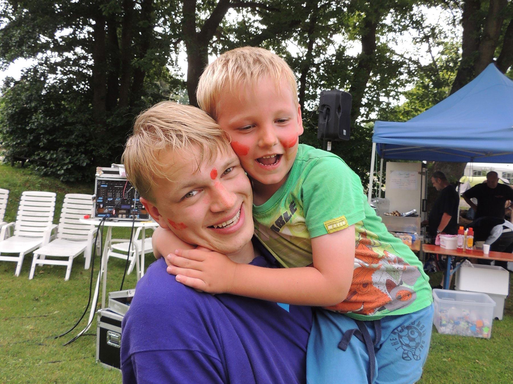 Strahlende Kinder auf dem kinderfreundlichen Campingplatz
